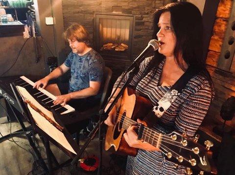 Vidar Sundbakken og Heidi Enger holder minikonsert med Jule Country på PULS-Ditt værested fredag 29. november kl.13.00.