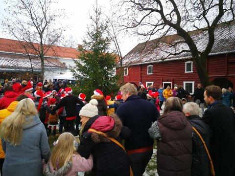 JULETREGANG: Med barnekor i midten fikk alle som hadde lyst være med på juletregang.