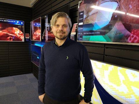 SJEF PÅ GJØVIK: Frank Roger Myrenget sier at nett-trøbbelet er beklagelig, men er meget fornøyd med antallet kunder som finner veien til Elkjøp Gjøvik på Black Friday.