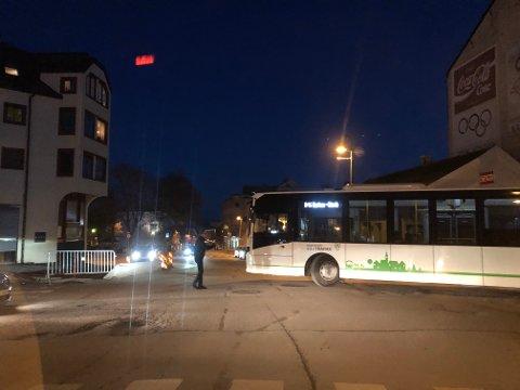 KAOS: Lørdag fikk en buss hjelp til å dirigere seg forbi de nye hindringene i veien i Gjøvik sentrum, som artikkelforfatteren stiller spørsmål ved.