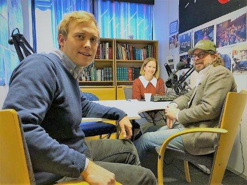 Ken Andre Ottesen gjester avishuset og konstaterer at gardinene i podcaststudio hos Erik Børresen og Stina Håkensbakken Roland er de samme som da han jobbet i OA på 1990-tallet.