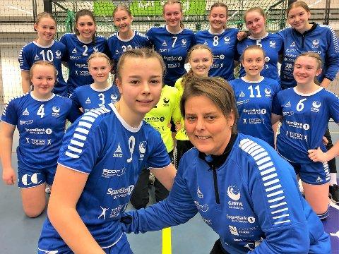 Turid Kraby og datteren Marte foran resten av J16-laget til Gjøvik HK som i helga vant to av tre kamper i Bringserien hjemme i Campus Arena på Kallerud.