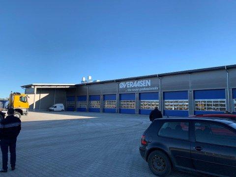 NY: Øveraasen AS åpnet forrige uke denne nye fabrikken i Tyskland. Her skal de blant annet bygge om lastebiler til snøryddingsmaskiner.
