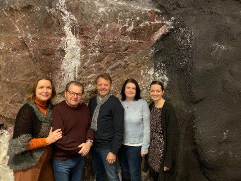 Den lokale styringsgruppa, Leif Olav Jemtland, Tom Torkehagen og Marianne Aashaug, innrammet av Distriktssjefen i Kreftforeningen, Berit Jevnaker og rådgiver Linda S. Petersen.