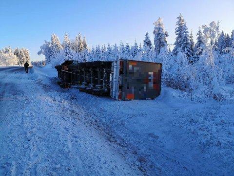PÅ SIDEN: Traileren kom kjørende i retning Gjøvik på fylkesvei 33 over Vardalsåsen da den kjørte av veien og veltet.