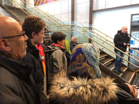IKKE ANSTENDIG – Dette er på ingen måte en anstendig måte å behandle mennesker på, sa ordfører Torvild Sveen, og vendte seg til familien Rasoli. Til venstre faren Hazrat.