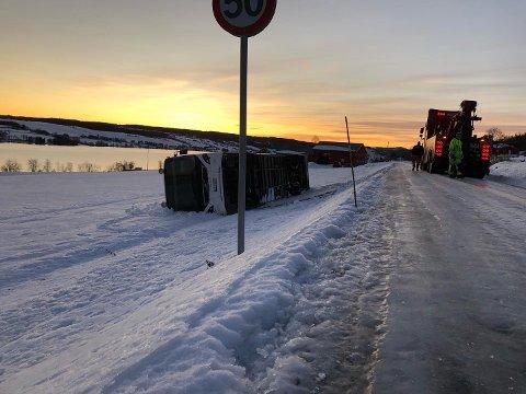 INGEN KJETTING: Bussen som skled av vegen og veltet ved Einastranda hadde ikke kjettinger på dekkene.