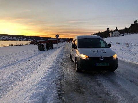BLANKE VEGER: Det er rene skøytebanen på vegen langs Einafjorden, hvor bussen har sklidd av og veltet.