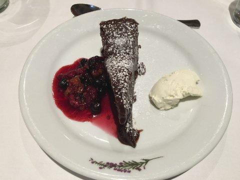 KLINK SEKSER: Desserten, ei hjemmelaget sjokoladekake med nydelig tilbehør, mente Prinsessa fortjente terningkast 6.