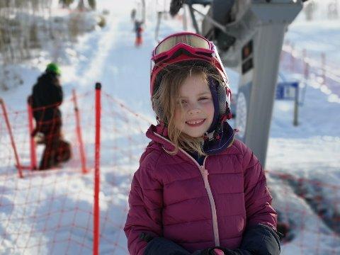 TRIVES I BAKKEN: Aurora (6) fra Raufoss hadde en super dag i Hovdebakken sammen med faren sin.