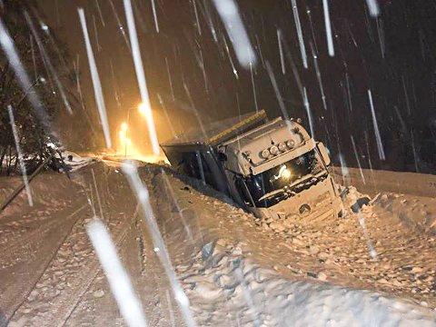 En lastebil kjørte i grøfta på fylkesveg 110 ved Prøven.