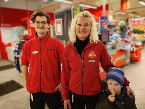MOR OG SØNN: Christopher Messell (28) og Vibeche Messell driver hver sin Coop Extra. Noah (5) fikk være med mormor og onkel på jobb.