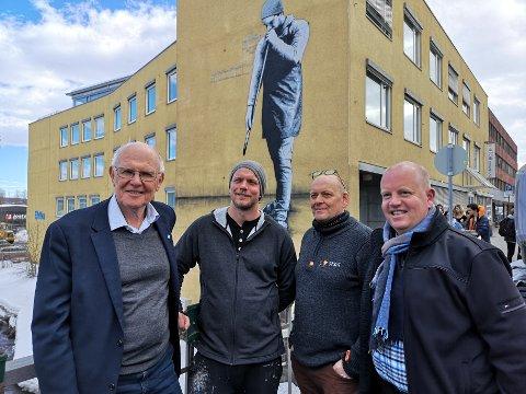 DEN NYE GLASSBLÅSEREN: Iddberg sammen med kunstneren Martin Whatson og Ola Gram Dahlen forran den nye glassblåseren i Gjøvik. På bildet er ikke verket helt ferdig enda.
