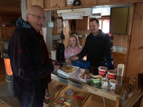 VAFFEL: På Skihytta i Søndre Land går vaffelpressa varm jevnt og trutt. Tidligere i vinter solgte Celina og Hans Petter Sørhagen vaffel til Knut Boe Kielland.