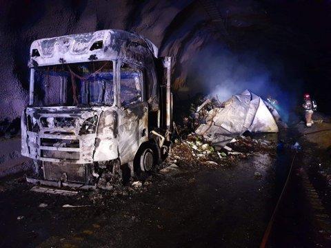BRANN: 32 personer ble evakuert da et vogntog tok fyr i Gudvangatunnelen natt til lørdag. Brannen er slukket. Nødetatene fikk melding om brannen i Sogn og Fjordane klokken 3.39. En kolonne med tre vogntog var halvannen kilometer inne i tunnelen da ett av vogntogene begynte å brenne.