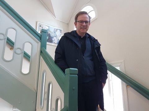 TRIVES PÅ SKOLEN: Helge Øye (59) roser både lærere og elever for måten han har blitt mottatt på etter slaget.