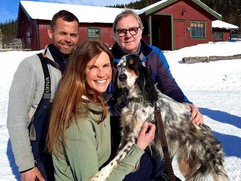 STOR GJENSYNSGLEDE: Grete Hedalen , ektemannen Vemund Skare og venn Ole Morten Settevik, sammen med fuglehunden Skaidi som har vært savnet i fjellet i 13 dager.