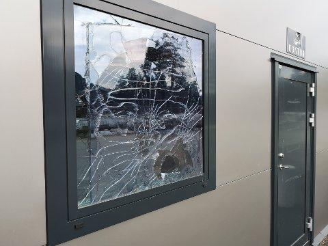 KNUST: Et av vinduene var knust etter innbruddet hos slakteren på Leira.