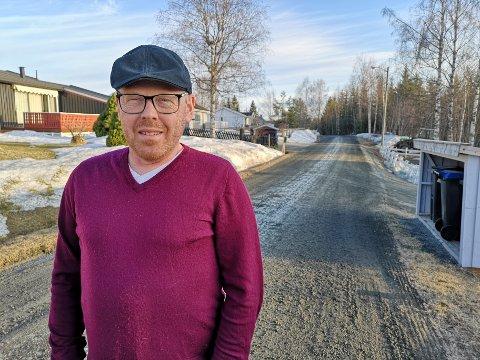 DÅRLIG VEDLIKEHOLDT: Halldor Kvale-Skattebo så sei lei på midlertidige løsninger, men kommunen har ingen plan for en permanent løsning.