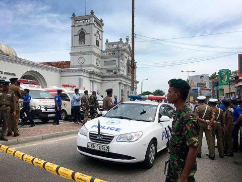 Soldater og politi sikrer området rundt St. Anthony's Shrine i Colombo. Foto: AP / NTB scanpix