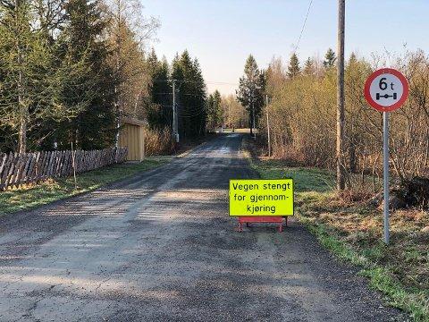 STENGT: I slutten av april måtte Vestre Toten kommune stenge Gamlevegen mellom Øverbyvegen og Østvollkrysset på grunn av teleløsning.