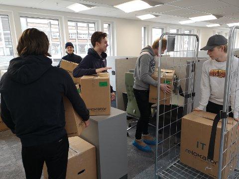 RUSSEDUGNAD: Guttene er i full sving med å frakte eiendeler til de ansatte ned på deres nye kontorer på rådhuset.