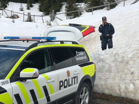 AVBLÅST: Politiets innsatsleder Morten Norland kunne like før klokka 11.30 søndag morgen avblåse leteaksjonen, etter at den savnede var funnet.
