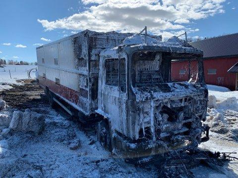 UTBRENT: Dyretransport bilen sto ikke til å redde men brannen spredte seg ikke til andre bygninger på gården.