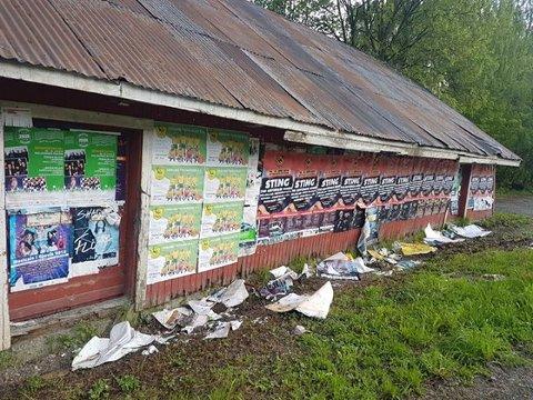 Plakater fra Urbane Totninger og Fredvika Festivalen har kommet opp på veggen, og det andre har kommet ned på bakken.