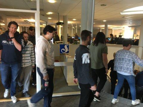 TIL ALLMØTE: Her går de ansatte til allmøtet der de får bekjed om at Schibsted vil legge ned avdelingen på Fagernes.