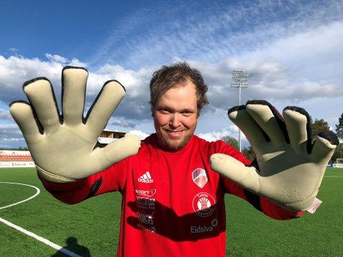 Rune Dotsetsveen svevde mellom liv og død etter hjerneblødning og var hundre prosent lam på høyre side av kroppen for en del år siden. Nå stprtrives han med fotball i 6. divisjon for Eina.