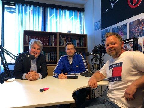 LANGPODD: Erik Sønstelie (f.v.) og Henning Raae Fossli får besøk av Thomas Nyland i OA-podden.