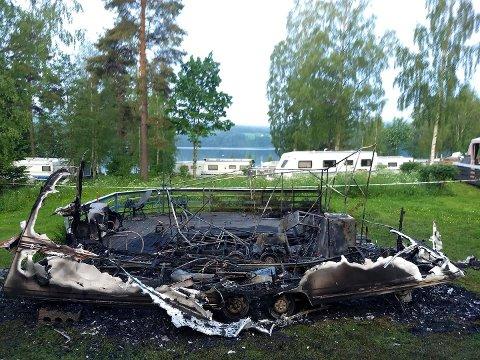 UTBRENT: Ikke mye igjen av campingidyllen for Tom Lundby etter nattens brann.