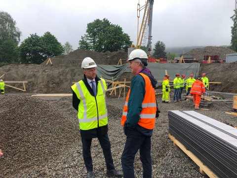 BIRI: NHO-direktør Ole Erik Almlid besøkte byggeplassen for det nye omsorgssenteret på Biri hvor miljøkravene har vært strenge.