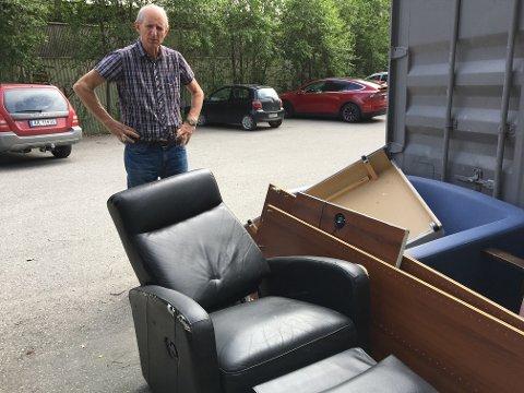 Tor Magne Normann, administrasjons- og driftskonsulent hos Ting og Tøy, viser noe av søppelet de fikk dumpet hos seg tidligere i sommer.