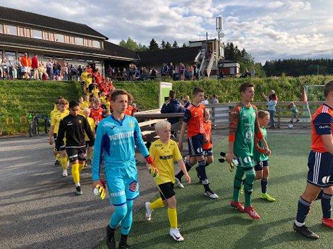 Det var duket for et svært tett oppgjør mellom eliten i 16-årsserien, her ved målvaktsduellen mellom Vinds Petter Eichler Jensen og Raufoss Mathias Søgård Hasle.
