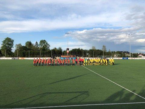 MASKOT I FOKUS: Begge lag stilte opp med maskoter fra hver sin klubb, her som et symbol for å vise samarbeidet mellom de to klubbene.