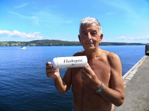 FIKK FLASKA: Svein Erik (76) fikk flaskeposten, og vet hvem som skal få glede av premien.