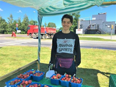 GOD SELGER: Bashar (15) ønsket ikke å la seg avbildes i OA med mindre vi kjøpte tre kurver jordbær av ham.