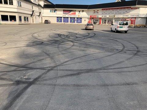 SPOR I ASFALTEN: Råkjøring og burning i og ved Dokka har vært et gjentakende problem. Dette bildet, fra Bergfossenteret, ble tatt sommeren 2019.