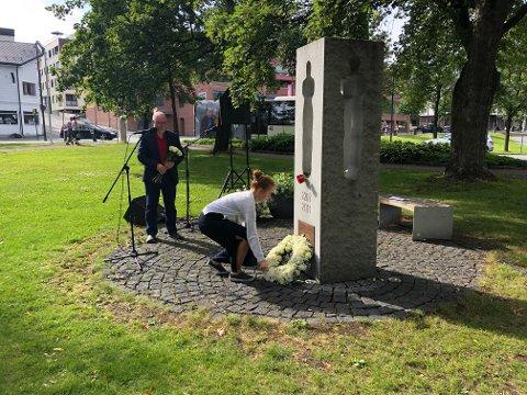 KRANSENEDLEGGELSE: AUF-leder Ingrid Tønseth Myhr i Oppland holdt appellen i Minneparken i Gjøvik.