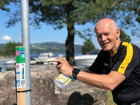 Olav Engen i kjent driv. Alle kilometere og stolper blir dokumentert med GPS og fotoapparat.