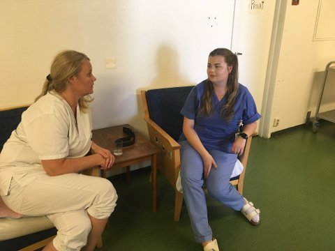 Fagansvarlig Kristin Skullerud (t.v.) og Guro Henriksen ved avdeling B på Lena sykehjem synes det er frustrerende at Fylkeskommunen somler med autoriseringen.