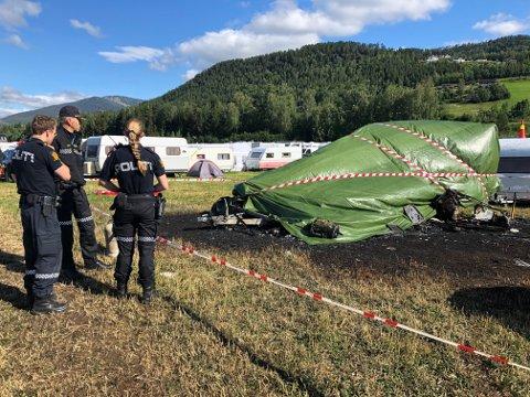 En person omkom etter at campingvognen begynte å brenne natt til fredag.
