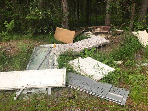 VARIASJONER OVER TEMAET SKROT: Et rikt utvalg av skrot og søppel har bare blitt dumpet på Tobru. Dette irriterer beboerne der, og er brudd på forurensningsloven.