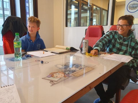 IVRIGE SPILLERE: Aleksander Joplassen (10) og Sander Skibenes (15) koser seg med rollespill på Gjøvik bibliotek og litteraturhus.