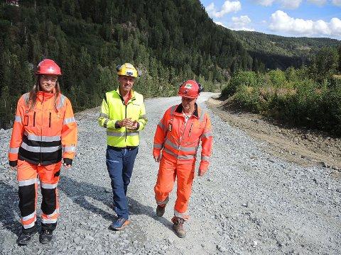 3,2 millioner: 700 meter snart ferdig veg skal bygges for 3,2 millioner. Therese Høy, Nikolai Øyhus og Jan Dokken tør ikke gå god for at dette er Norges billigste nye fylkesveg. Men de er enige om at det er svært billig.-