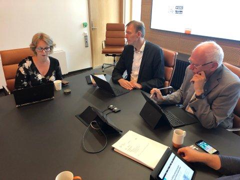 IKKE HEMMELIGHOLD: Ordfører Bjørn Iddberg (t.h.) og rådmann Magnus Mathisen tilbakeviste overfor Høyres Anne Bjertnæs at det har vært hemmelighold i prosessen rundt den nye mjøsbrua.