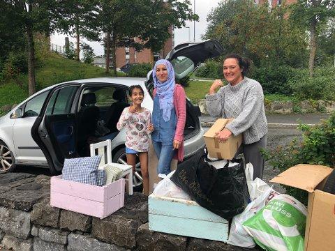 SKREDDER PÅ TOTEN: Rawandos Alali (i midten) er syrisk flyktning. Lørdag var hun på loppemarked på Gjøvik. Her sammen med datteren Eva og medhjelper Hege Sandvold med saker som skal inn i systua.