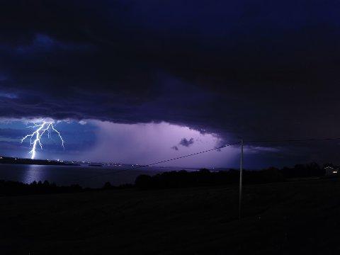 Det ventes kraftige lokale regnbyger med torden søndag ettermiddag og kveld. Slik så det ut natt til søndag da lynet slo ned over Stange og Mjøsa.